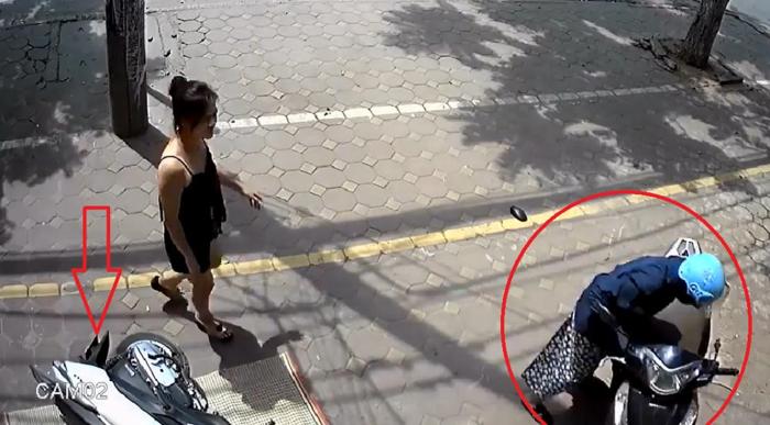 Clip: Xe Honda Lead không người lái lao lên vỉa hè tông đổ xe máy đang đắp chiếu 1