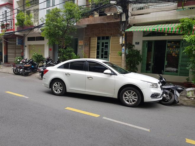 Lái ô tô tông trúng phóng viên đang tác nghiệp ở TP.HCM, tài xế còn liên tục đấm đá nạn nhân 1