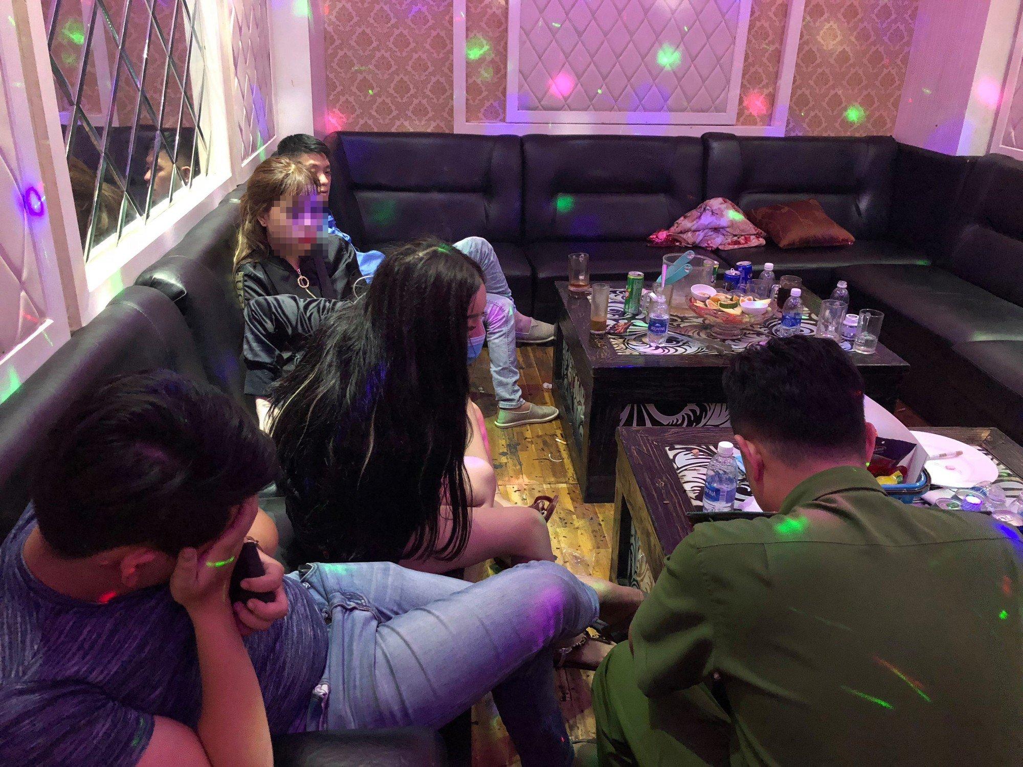 Đột kích quán karaoke ở Sài Gòn, gần 20 nam nữ quay cuồng thác loạn 8