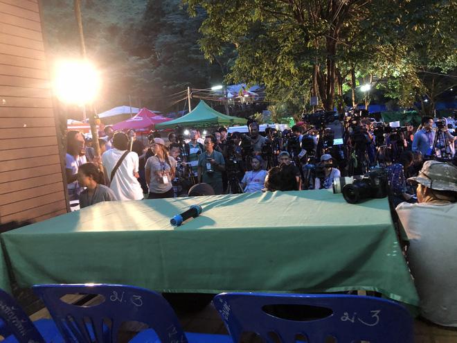 Họp báo lúc nửa đêm: Đội bóng Thái Lan sẽ được đưa ra bằng lối đi chính 4