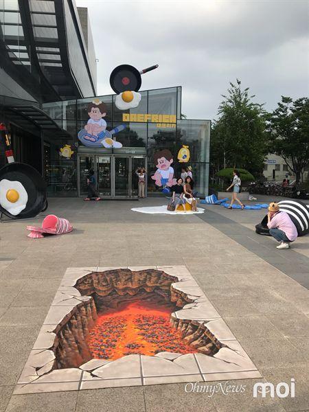 Triển lãm ngoài trời chỉ có tại thành phố nóng nhất Hàn Quốc: Trứng rán, dép chảy nhựa đầy đường… kỷ niệm một mùa hè 'đáng ghét' lại đến 3