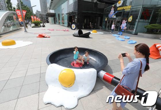 Triển lãm ngoài trời chỉ có tại thành phố nóng nhất Hàn Quốc: Trứng rán, dép chảy nhựa đầy đường… kỷ niệm một mùa hè 'đáng ghét' lại đến 9