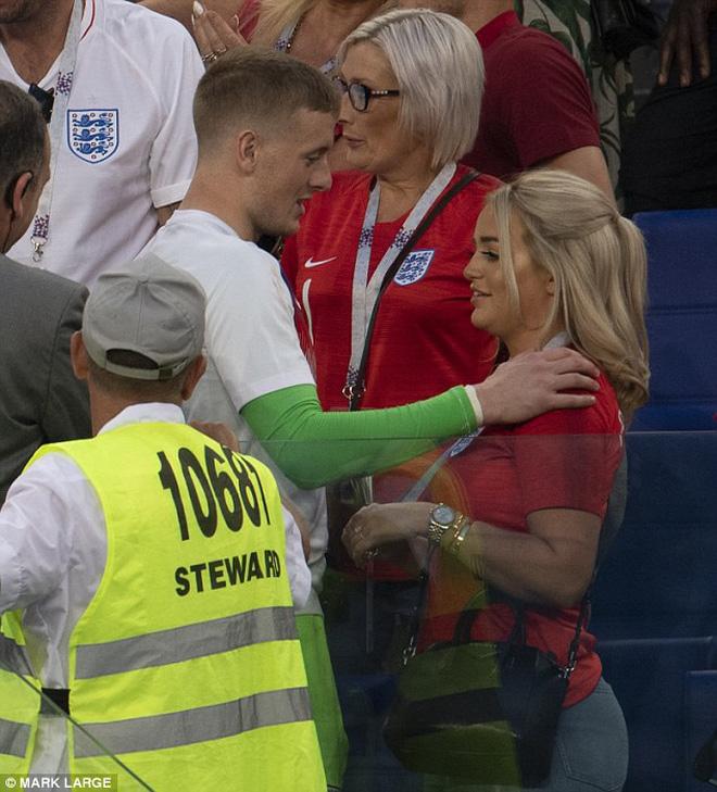 """Cầu thủ Anh được bạn gái """"thưởng nóng"""" khi đoạn vé vào bán kết 7"""