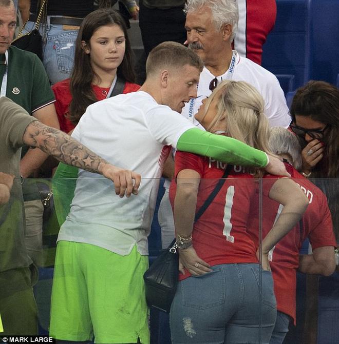 """Cầu thủ Anh được bạn gái """"thưởng nóng"""" khi đoạn vé vào bán kết 6"""