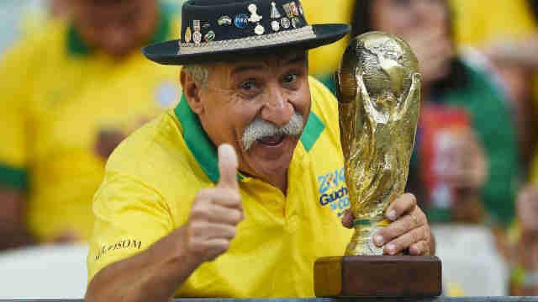 Bức ảnh chứa đựng câu chuyện xúc động về người đàn ông cầm cúp đi cổ vũ World Cup suốt gần nửa cuộc đời 1