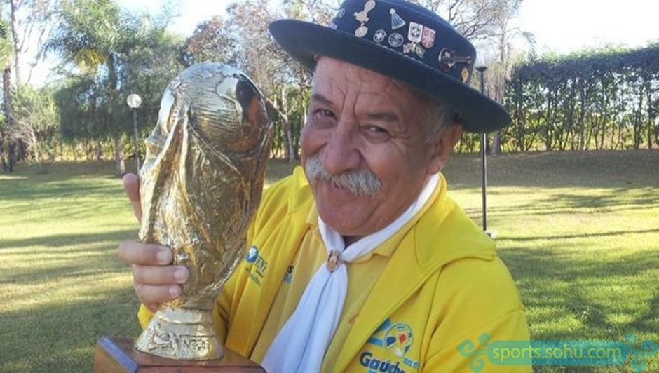 Bức ảnh chứa đựng câu chuyện xúc động về người đàn ông cầm cúp đi cổ vũ World Cup suốt gần nửa cuộc đời 2