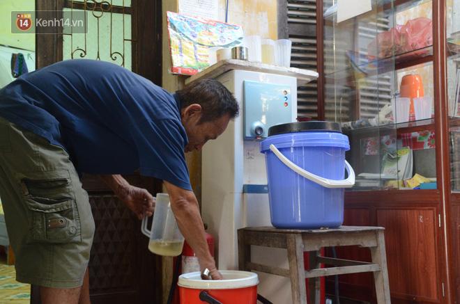Tình người trong dãy trọ 15k/ đêm ở Hà Nội: Ông chủ tự bỏ tiền túi lắp điều hòa, quạt mát cho người nghèo trốn nóng 15