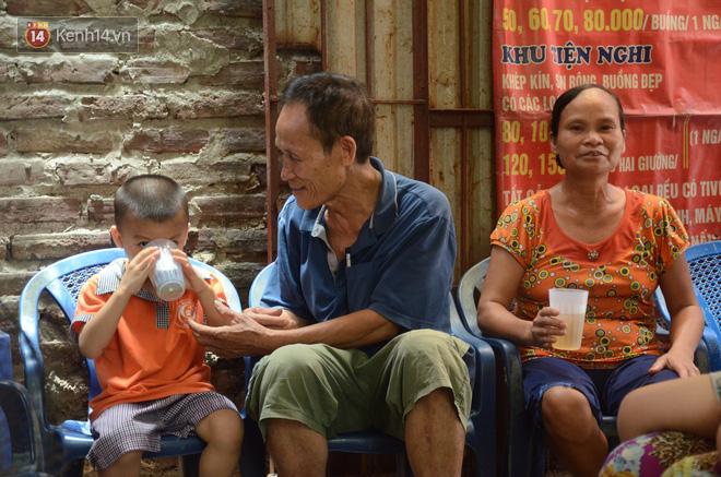 Tình người trong dãy trọ 15k/ đêm ở Hà Nội: Ông chủ tự bỏ tiền túi lắp điều hòa, quạt mát cho người nghèo trốn nóng 8
