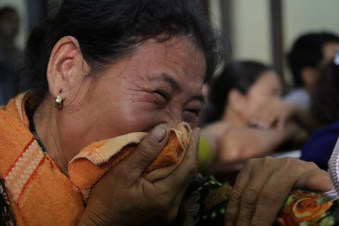 Xét xử kẻ sát nhân giết 5 người: Chị gái nạn nhân dùng khăn che miệng để không phát ra tiếng khóc 12