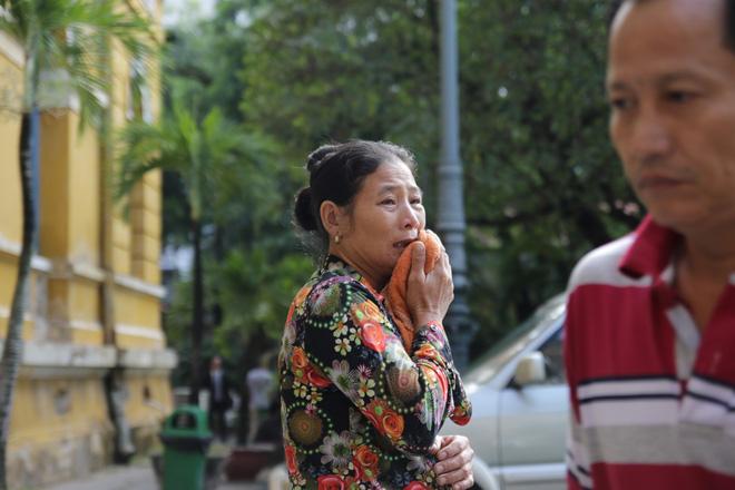 Xét xử kẻ sát nhân giết 5 người: Chị gái nạn nhân dùng khăn che miệng để không phát ra tiếng khóc 2