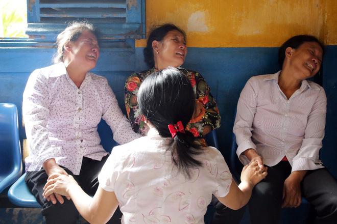 Xét xử kẻ sát nhân giết 5 người: Chị gái nạn nhân dùng khăn che miệng để không phát ra tiếng khóc 9