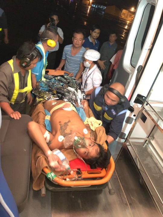 Trực thăng đưa ngư dân bị thương nặng trên biển vào bờ cấp cứu 2