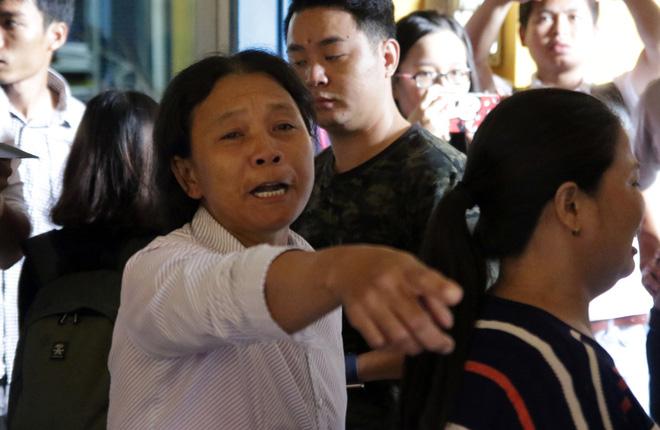 Xét xử kẻ sát nhân giết 5 người: Chị gái nạn nhân dùng khăn che miệng để không phát ra tiếng khóc 8