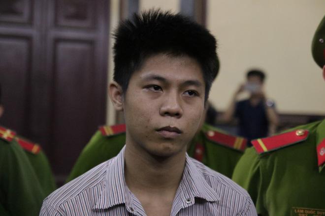 Xét xử kẻ sát nhân giết 5 người: Chị gái nạn nhân dùng khăn che miệng để không phát ra tiếng khóc 11