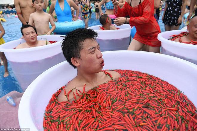 Nhiệt độ lên đến gần 40 độ C, Trung Quốc vẫn tổ chức cuộc thi ngâm mình ăn ớt và tìm được quán quân 3
