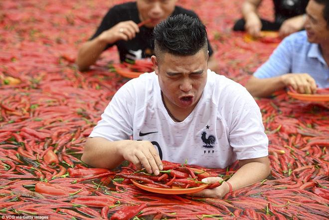 Nhiệt độ lên đến gần 40 độ C, Trung Quốc vẫn tổ chức cuộc thi ngâm mình ăn ớt và tìm được quán quân 6
