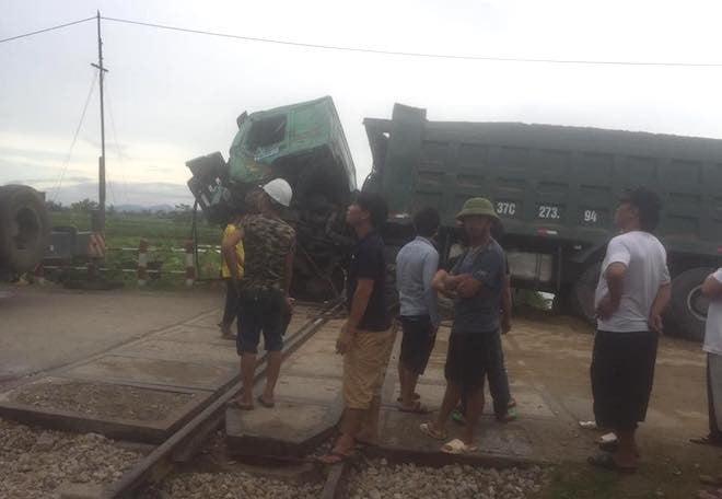 Chết máy trên đường ray, xe hổ vồ bị tàu hoả tông bay 2