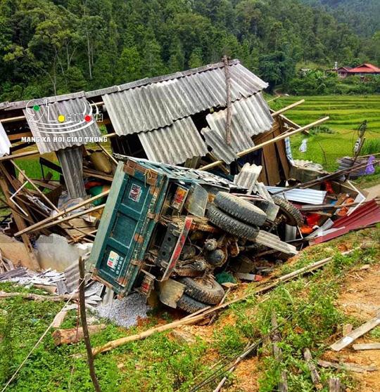 Hình ảnh Ôtô bất ngờ tông sập cổng nhà dân, 4 người bị thương nặng số 2