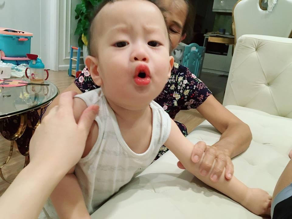 Giữa tâm bão, bà xã diễn viên Việt Anh lại tiếp tục dùng con trai để