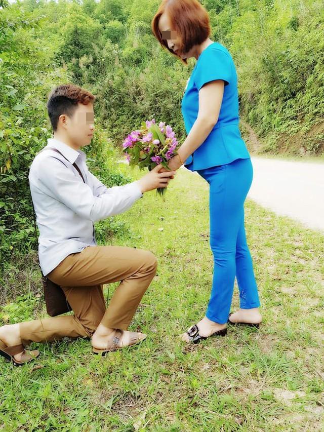 Cô dâu 61 tuổi ở Cao Bằng kể về bức ảnh chú rể quỳ gối bên bó hoa mua tím 2