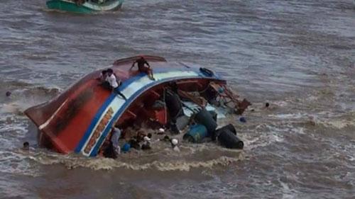 Chìm tàu trên biển Cà Mau, 9 ngư phủ may mắn được giải cứu kịp thời 1