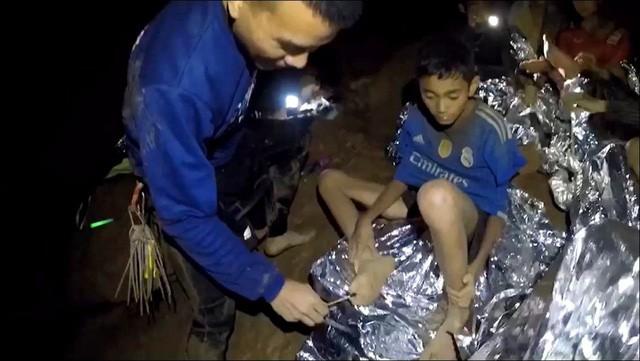 Chân dung những người hùng mang lại ánh sáng cho đội bóng nhí bị mắc kẹt ở Thái Lan 3