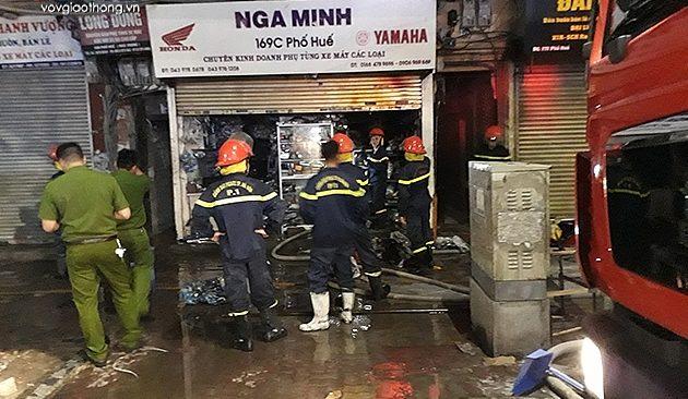 Hà Nội: Cháy lớn cửa hàng phụ tùng xe máy trên phố Huế, cả khu phố hoảng loạn 2