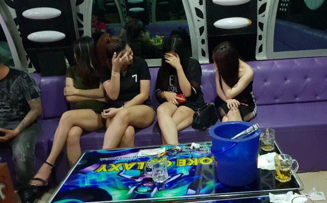 Hình ảnh Đột kích quán karaoke, hàng chục tiếp viên mặc hở hang tiếp khách số 1