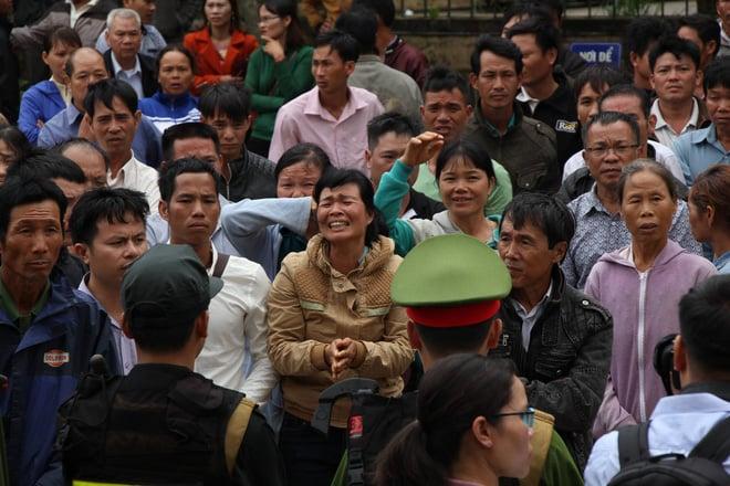 Người thân quỳ lạy khi tòa tuyên y án tử hình Đặng Văn Hiến vì nổ súng làm chết 3 người 2
