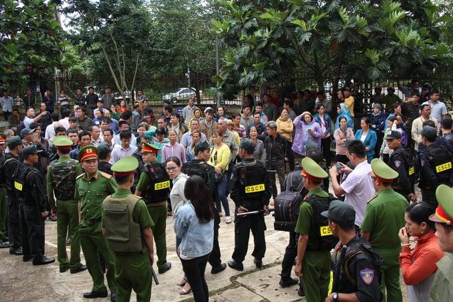 Người thân quỳ lạy khi tòa tuyên y án tử hình Đặng Văn Hiến vì nổ súng làm chết 3 người 3