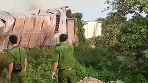 Cháy nhà xưởng ở Hà Nội cột khói đen bốc cao hàng trăm mét 2
