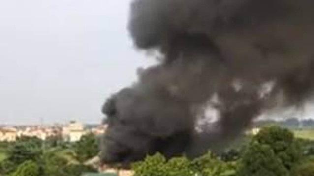 Cháy nhà xưởng ở Hà Nội cột khói đen bốc cao hàng trăm mét 1