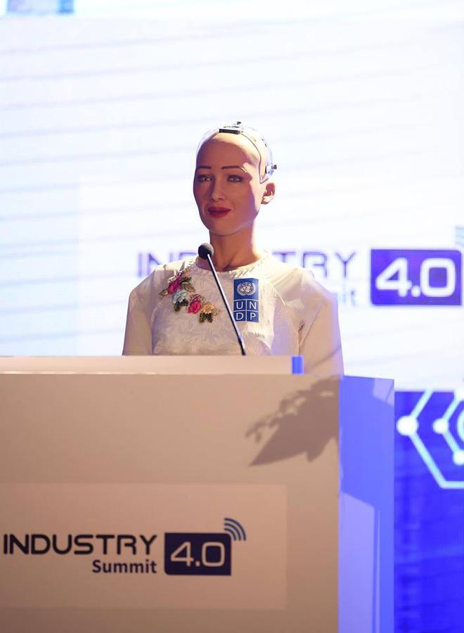 Sáng nay, công dân robot Sophia mặc áo dài nói chuyện về 4.0 ở Việt Nam - Ảnh 4.