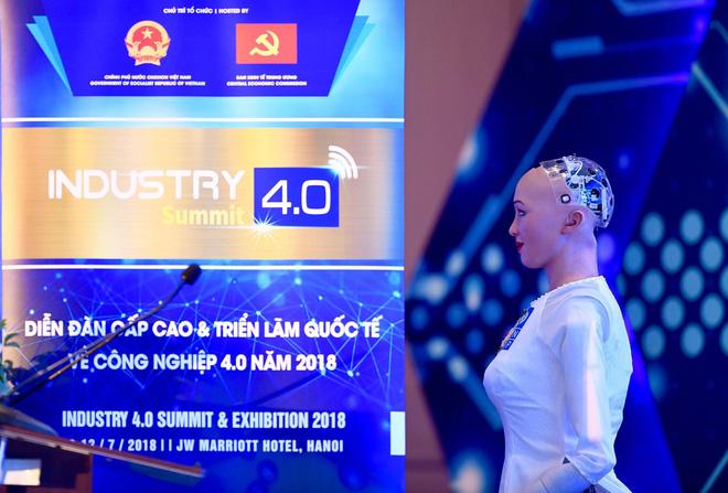 Sáng nay, công dân robot Sophia mặc áo dài nói chuyện về 4.0 ở Việt Nam - Ảnh 3.