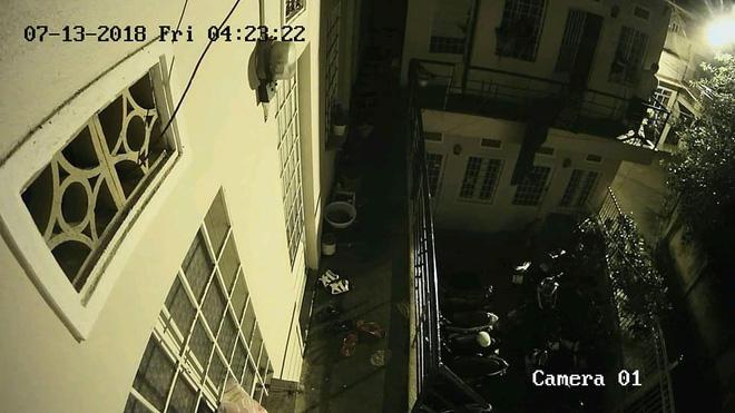 4 giờ sáng nghe tiếng động lạ, hôm sau xem lại camera an ninh, chủ nhà gần như nín lặng 2