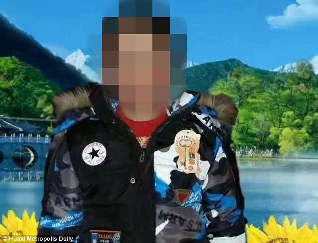 Tìm đồ chơi trong bãi rác, 2 đứa trẻ bị chôn sống 1