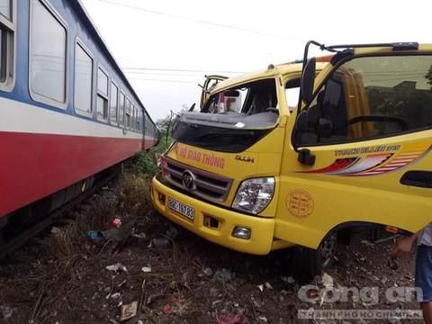Tàu hỏa tông xe cứu hộ chở máy xúc gây tai nạn liên hoàn, 3 người người nguy kịch 2