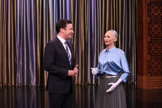 Vì sao những nữ robot khác có tóc, trong khi Sophia lại để đầu trọc? 2