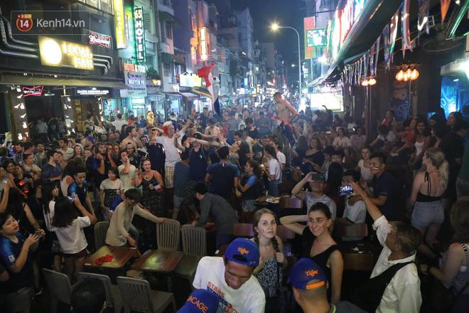 Nữ CĐV ở Sài Gòn cởi đồ, hò hét ăn mừng xuyên đêm tại phố Tây Bùi Viện khi Pháp vô địch World Cup sau 20 năm 1