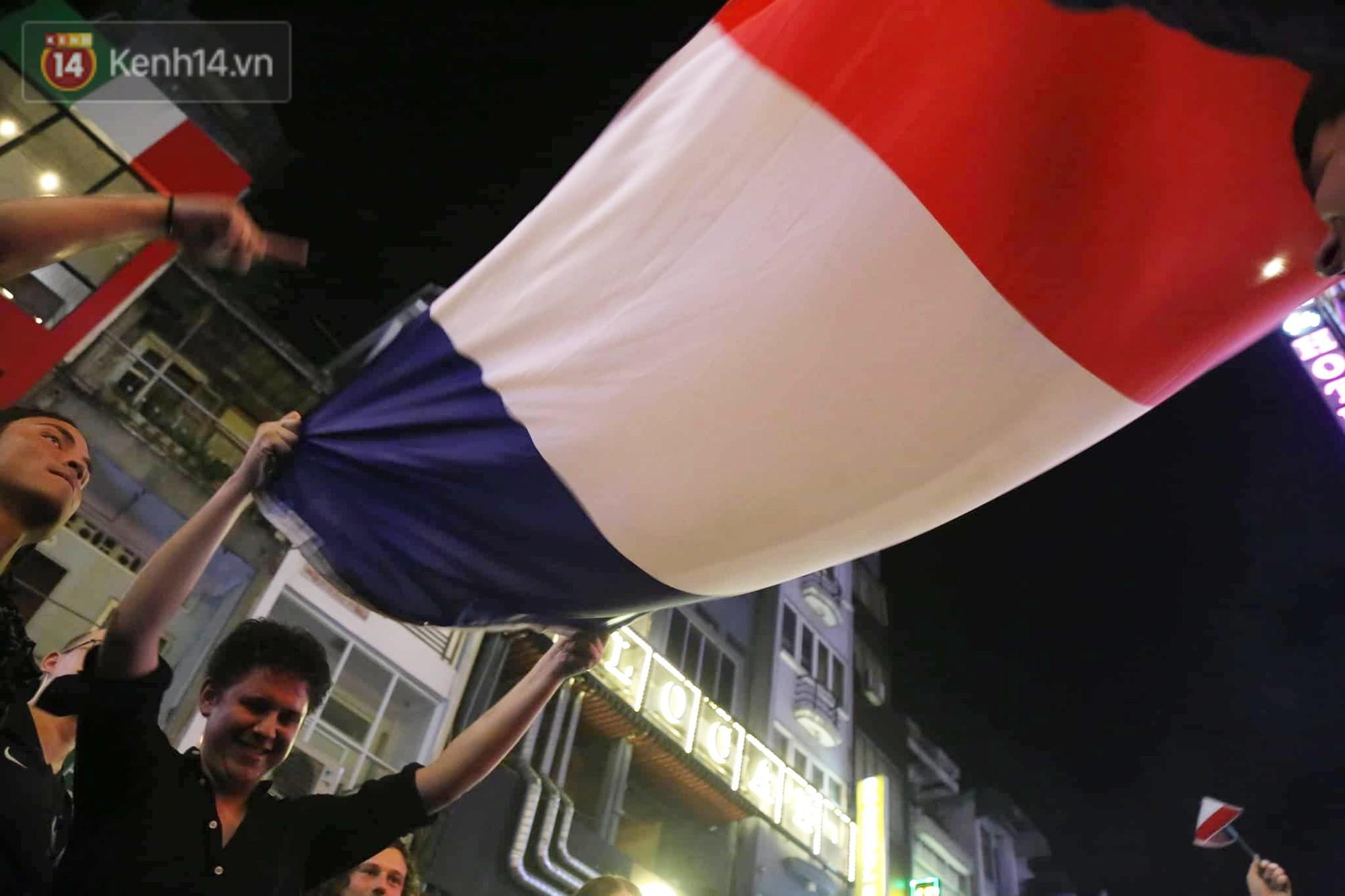 Nữ CĐV ở Sài Gòn cởi đồ, hò hét ăn mừng xuyên đêm tại phố Tây Bùi Viện khi Pháp vô địch World Cup sau 20 năm 11