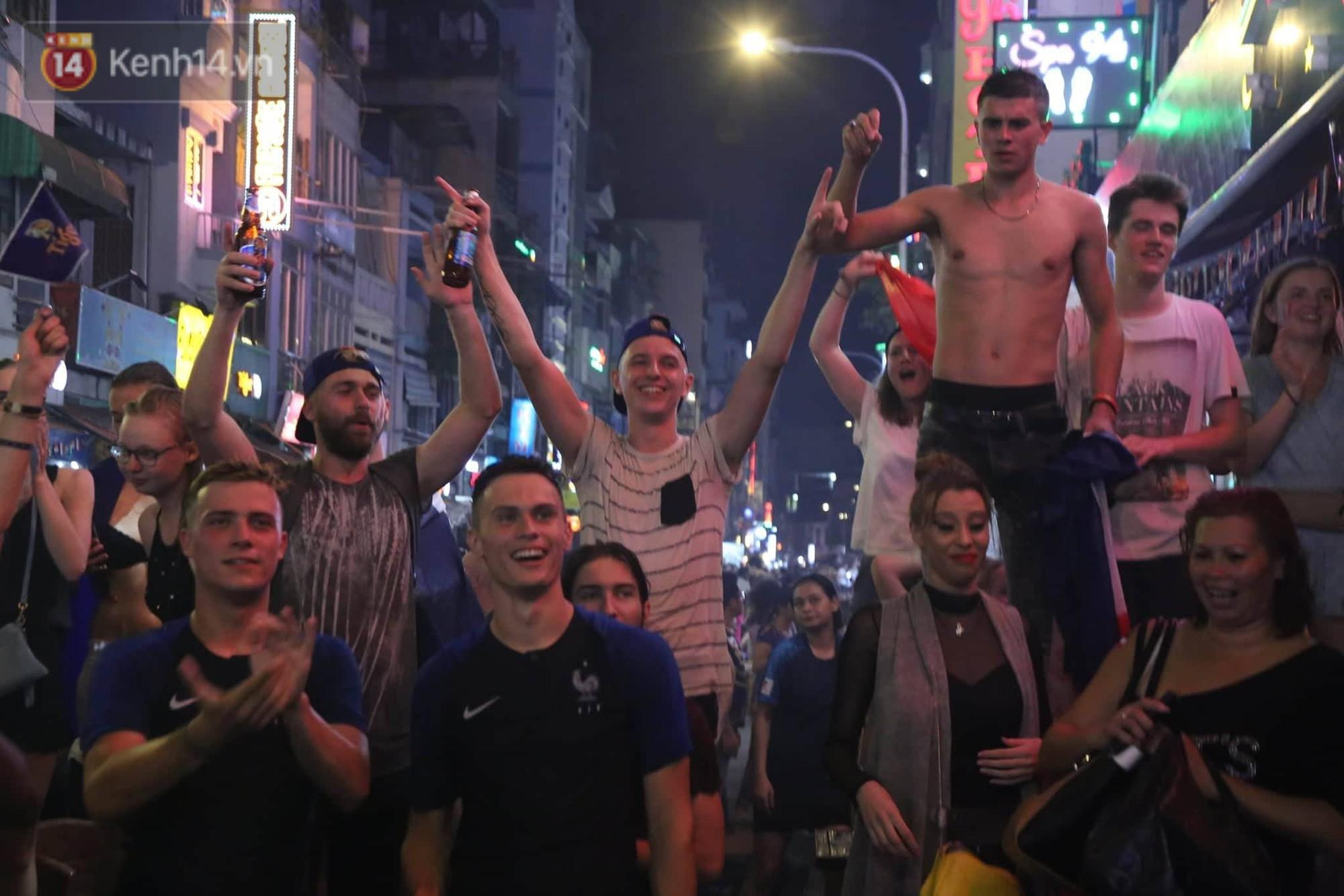 Nữ CĐV ở Sài Gòn cởi đồ, hò hét ăn mừng xuyên đêm tại phố Tây Bùi Viện khi Pháp vô địch World Cup sau 20 năm 5