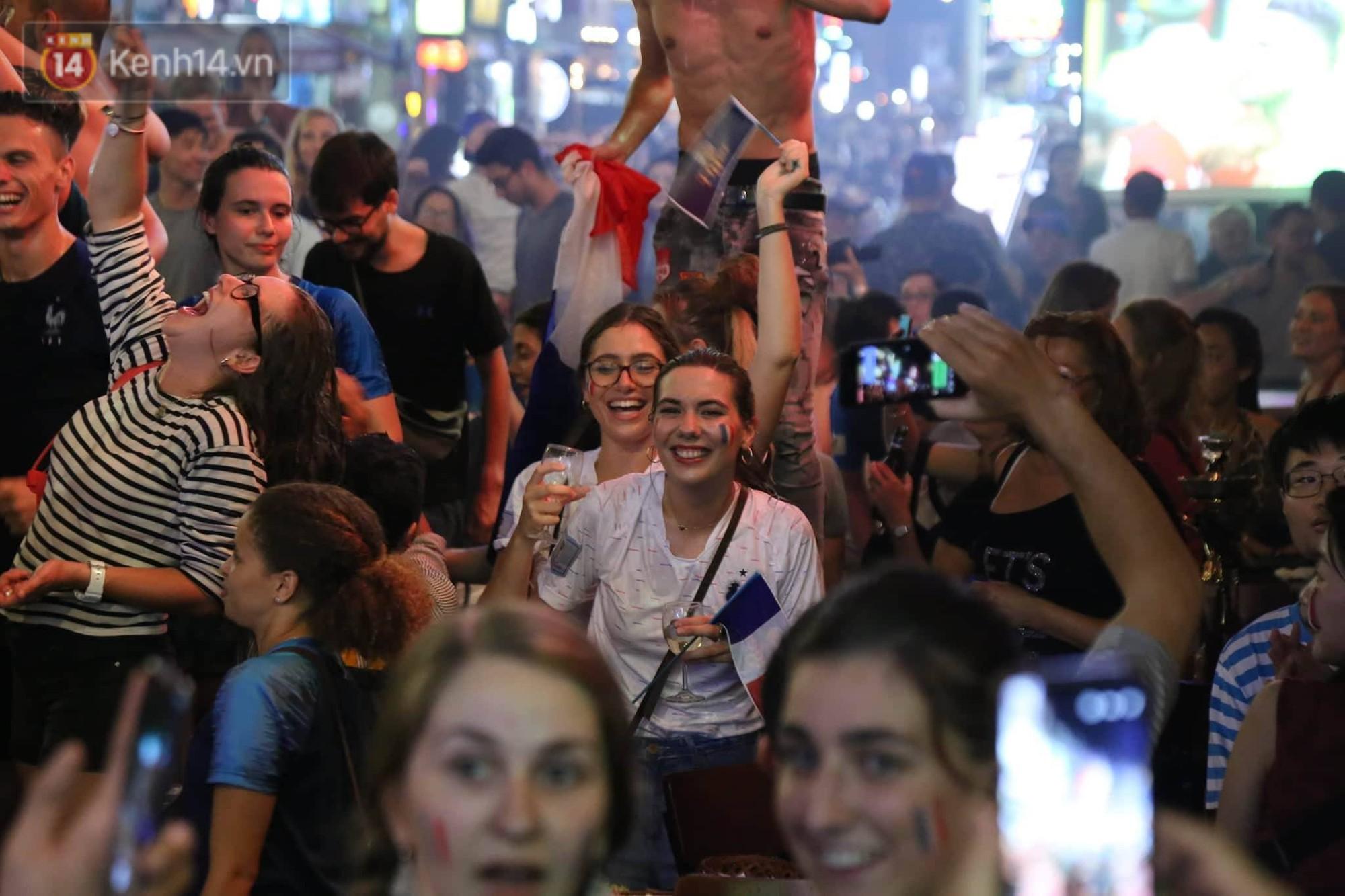 Nữ CĐV ở Sài Gòn cởi đồ, hò hét ăn mừng xuyên đêm tại phố Tây Bùi Viện khi Pháp vô địch World Cup sau 20 năm 8