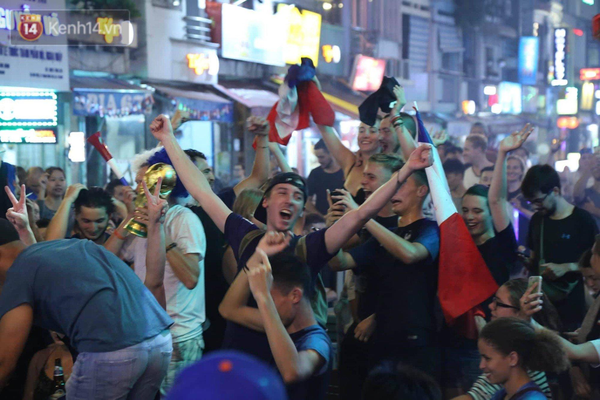 Nữ CĐV ở Sài Gòn cởi đồ, hò hét ăn mừng xuyên đêm tại phố Tây Bùi Viện khi Pháp vô địch World Cup sau 20 năm 9