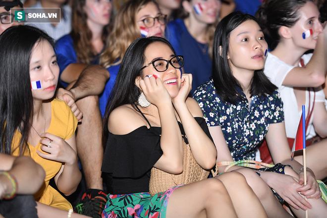 Ngẩn ngơ trước vẻ đẹp của CĐV Pháp cổ vũ đêm chung kết World Cup 2018 tại Việt Nam 17