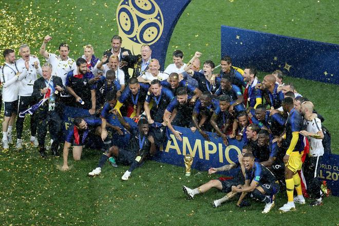 Khoảnh khắc lịch sử: Dàn sao đội tuyển Pháp thay nhau hôn Cúp vàng thế giới 4