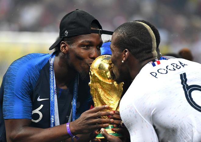 Khoảnh khắc lịch sử: Dàn sao đội tuyển Pháp thay nhau hôn Cúp vàng thế giới 14