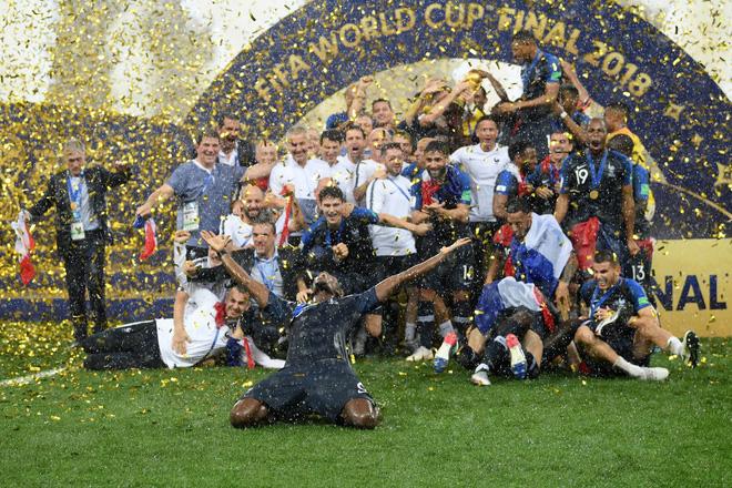 Khoảnh khắc lịch sử: Dàn sao đội tuyển Pháp thay nhau hôn Cúp vàng thế giới 2