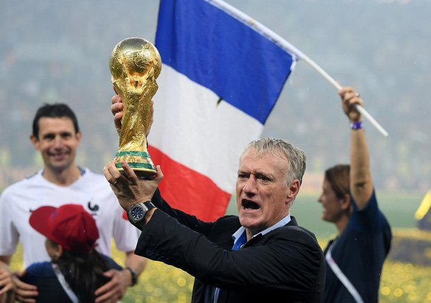 Khoảnh khắc lịch sử: Dàn sao đội tuyển Pháp thay nhau hôn Cúp vàng thế giới 6