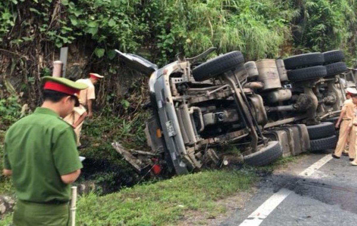 Xe bồn bất ngờ đâm vào vách núi, tài xế chết thảm 2