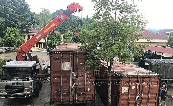 Phát hiện 2 thùng container chứa 4 ô tô vô chủ ở Bắc Kạn 2